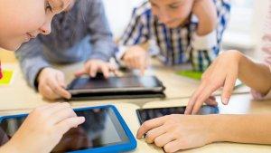 leerlingen in de klas op een tablet