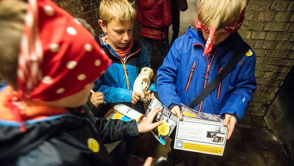 kinderen spelen het eduspel tijdens de C-mine expeditie