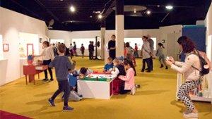 kinder spelen met lego in het museum