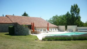 Buitenzicht met zwembad van Vakantiewoning Monplaisir