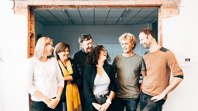 team van leraren die werken rond vakoverschrijdend lesgeven