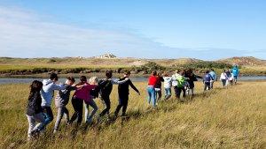 Leerlingen wandelen in treintje door natuurpark Het Zwin