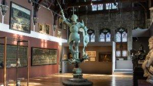 standbeeld van Sint-Michiel in tentoonstellingszaal