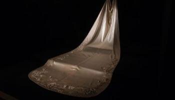 lange sleep van een jurk
