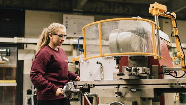meisjes en STEM: leerling bedient machine