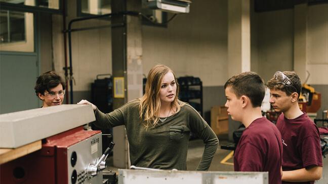 Leraar Mechanica Lieselot van Gysel met drie leerlingen