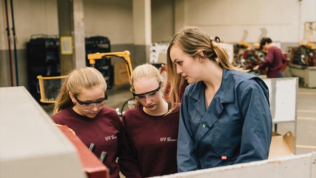 Leraar Mechanica Lieselot Van Gysel met twee leerlingen
