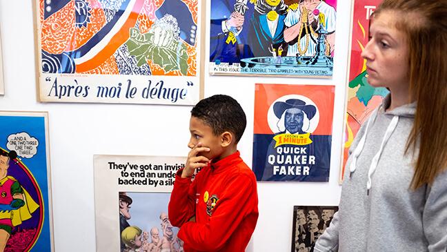 Jongen voor affiches in het museum Mima