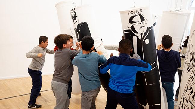 jongens spelen met boksbal in het museum Mima in Brussel