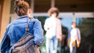 Leerling aan schoolpoort