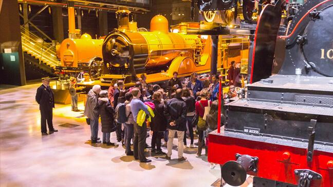 bezoekers bekijken treinen in train world