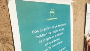 Een poster met poëzie aan een prikbord