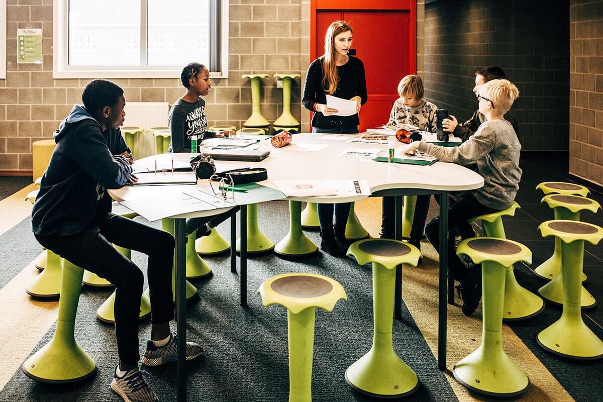 De tafels in de agora in de vorm van een wolk met de wiebelstoelen.