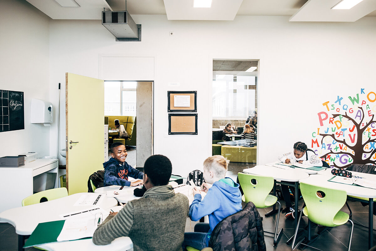 """Blik op de agora vanuit een klaslokaal: """"Dankzij het visueel contact houden we het overzicht."""""""