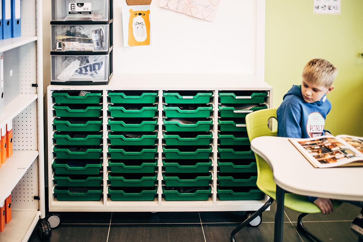Kasten staan op wieltjes. Zo zijn ze makkelijk verplaatsbaar of bruikbaar als wand.