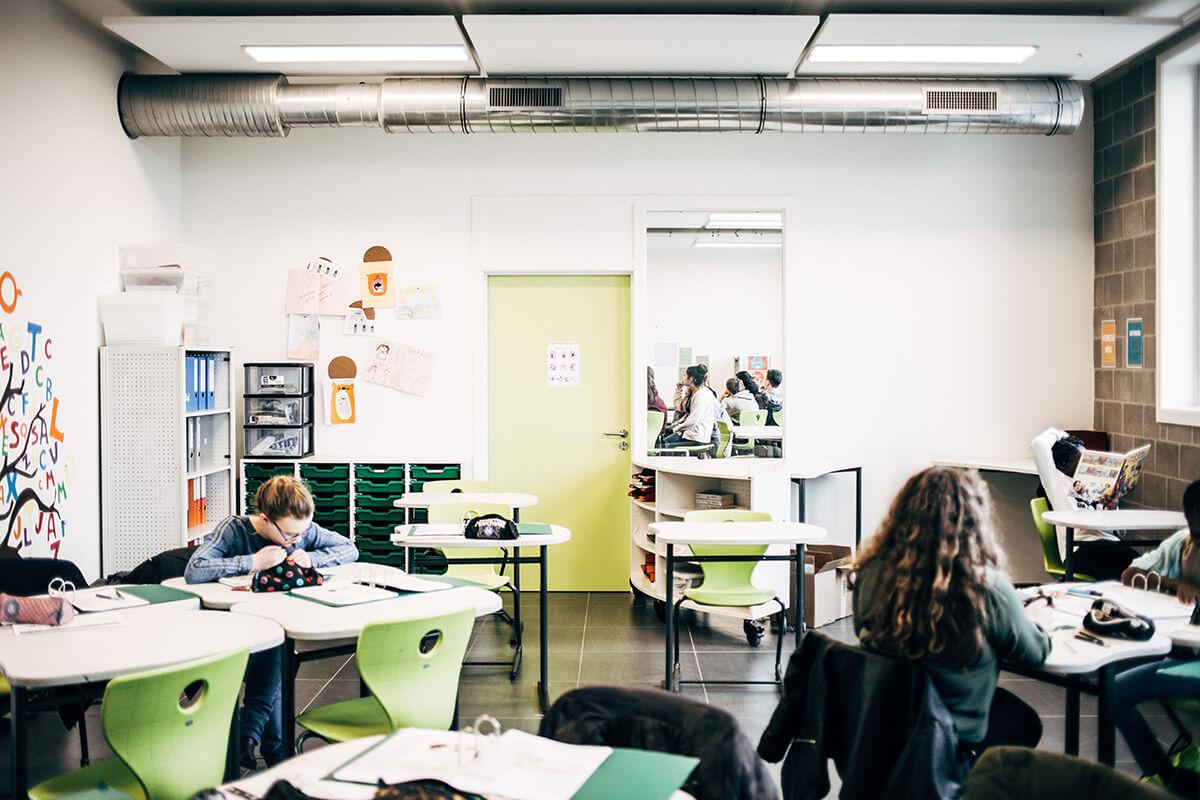Twee klaslokalen zijn visueel met elkaar verbonden.