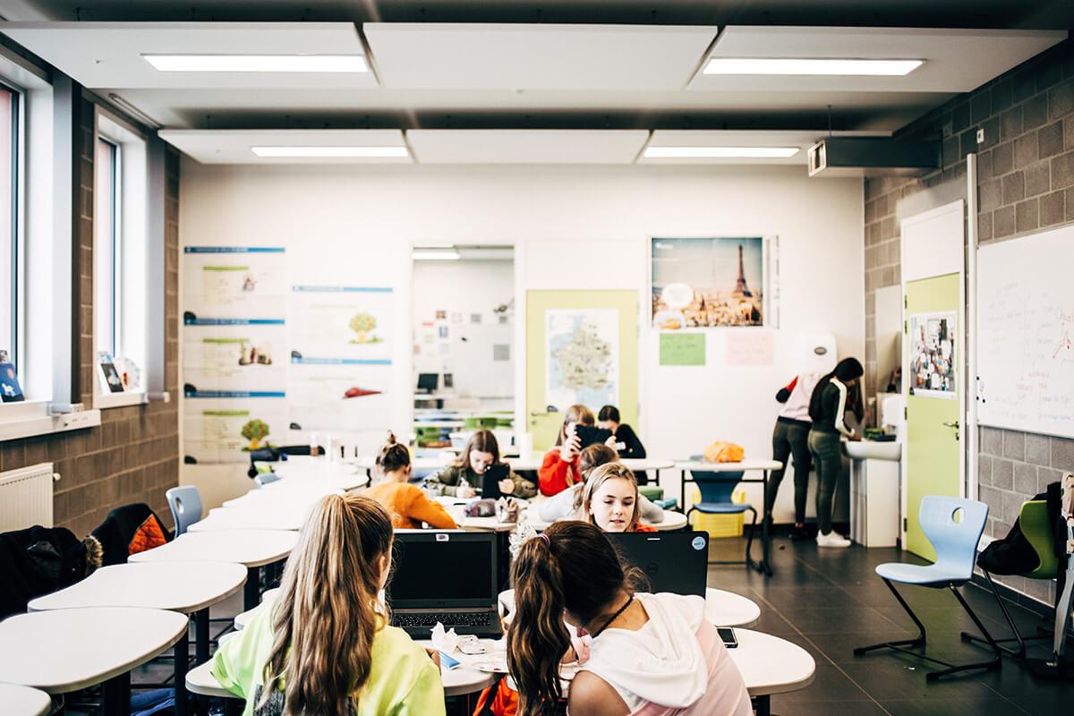 Twee klaslokalen tegelijk in gebruik.