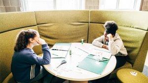 Twee leerlingen werken samen in een zitcirkel
