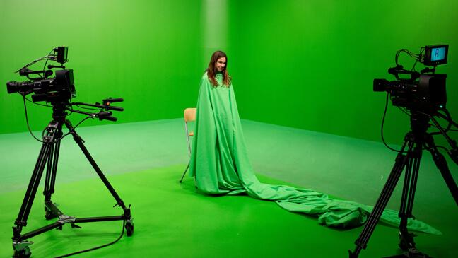 Meisje voor green screen in de opnamestudio van het PASS