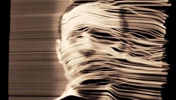 foto met afbeelding hoofd waarvan de helft in slierten gesneden is