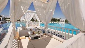 Zonnige terras aan zwembad