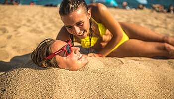 vrouw begraven in zand