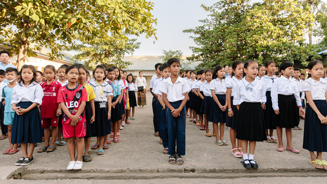 Cambodja: Leerlingen vormen rijen op de speelplaats
