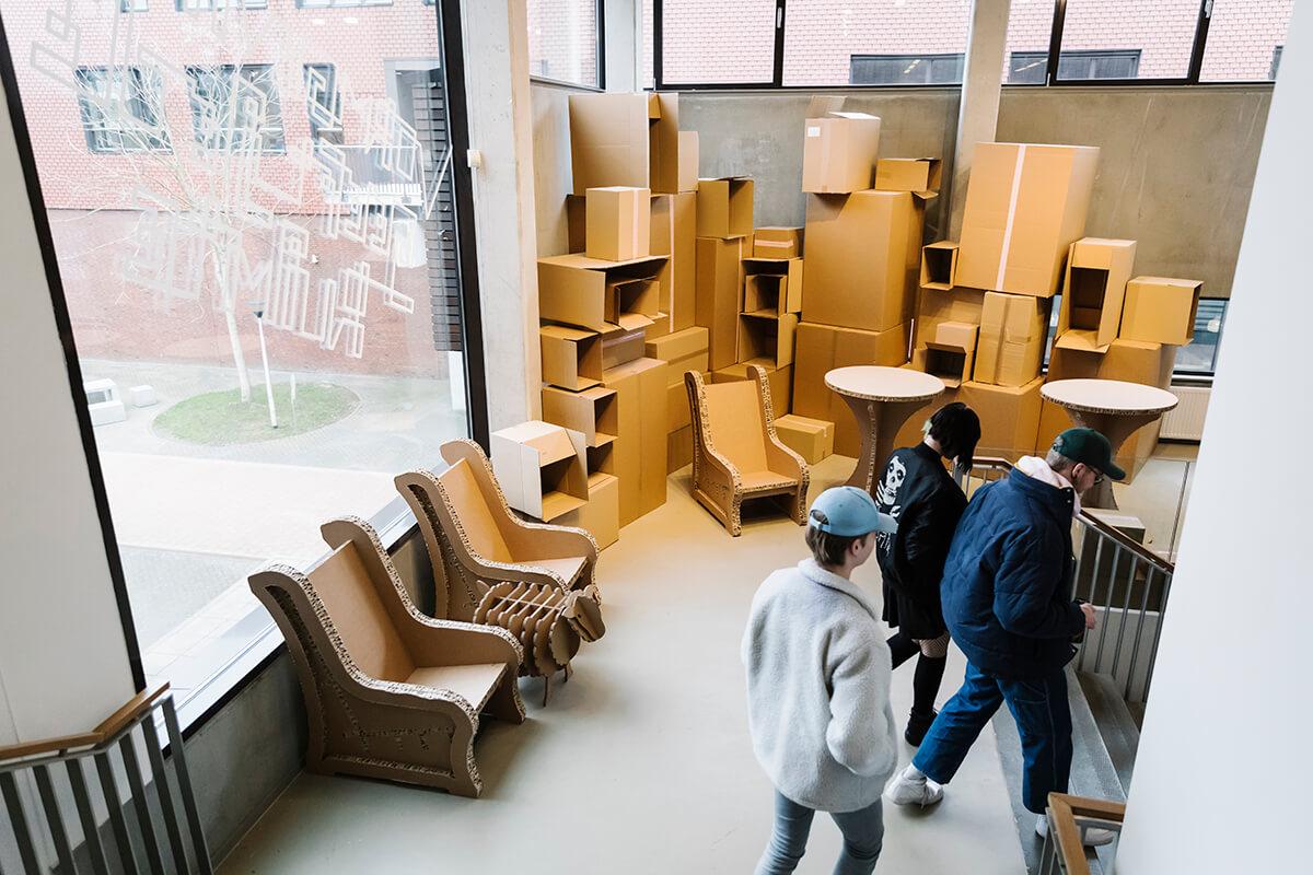 De gebouwen van vormgeving ademen een sfeer van creativiteit. Bedrijven laten er hun beursstand of neonreclame ontwerpen.