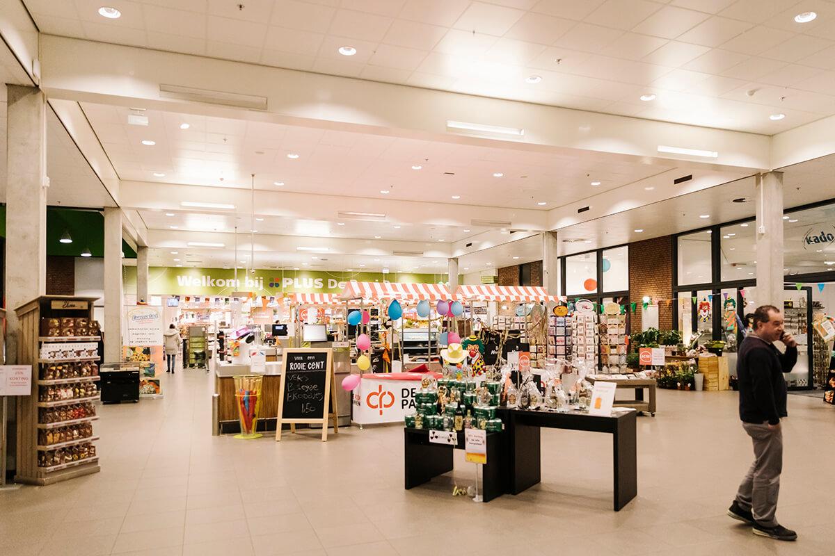 Leerlingen werken in de versafdeling, drogisterij of bakkerij. 10.000 klanten uit Tilburg doen wekelijks hun inkopen in het winkelcentrum.