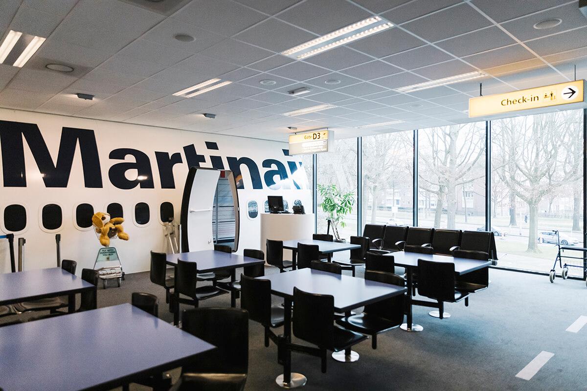 In de afdeling 'toerisme en evenementen' waan je je aan de check-in op Schiphol.