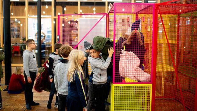 leerlingen leggen hun jassen weg in Texture, Kortrijk