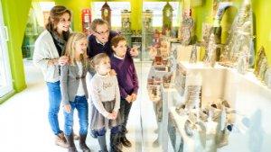 Gezin kijk naar vitrine met chocolademallen Choco-Story Brussels