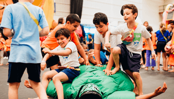 kinderen kruipen op opblaasbare pop