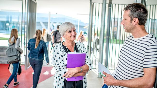 Onderwijsinspecteur Lieve Claes en Klasse-redacteur Seppe