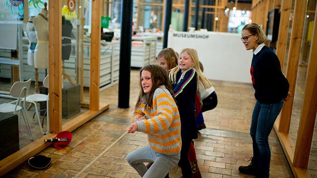 leerlingen touwtrekken met vlas