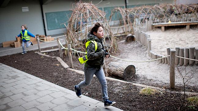leerling loopt rondjes op de speelplaats