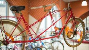 leerling werkt aan fiets die omhoog hangt