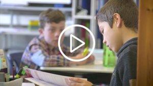 2 jongens bezig met huiswerk