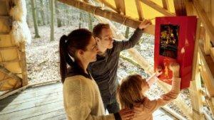 jong gezin speelt digitale zoektocht in Bokrijk