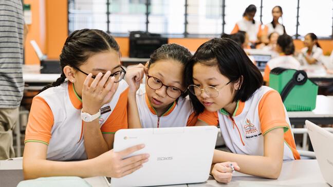 Leerlingen werken met tablet - Singapore