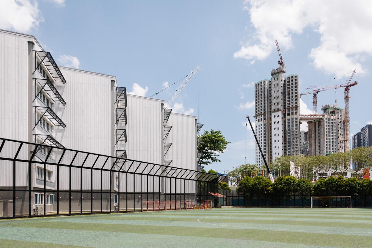 Vandaag is de school omringd door kantoren, met drilboren op de achtergrond.