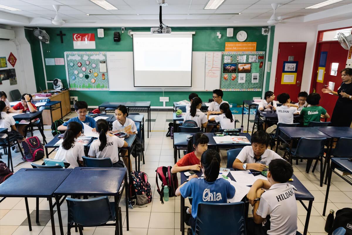 Via groepswerk en presentaties nemen leerlingen de actualiteit onder de loep.