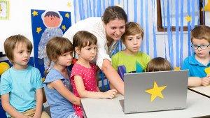 leraar laat filmpje zien op laptop
