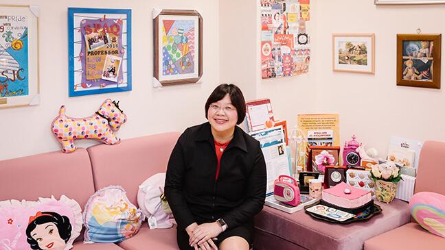 professor Ee Ling Low in haar kantoor