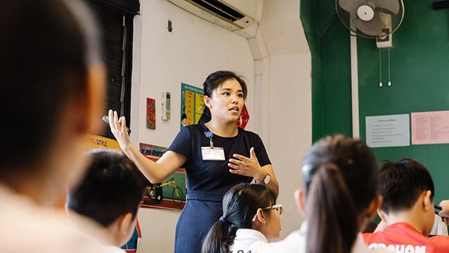 leraar in een klas in Singapore