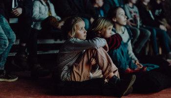 kinderen kijken naar film