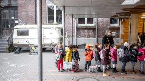 Een klas in de rij met een klasverantwoordleijk