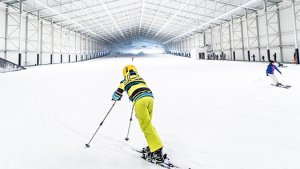 Persoon in gele skikleding op indoor-piste Aspen