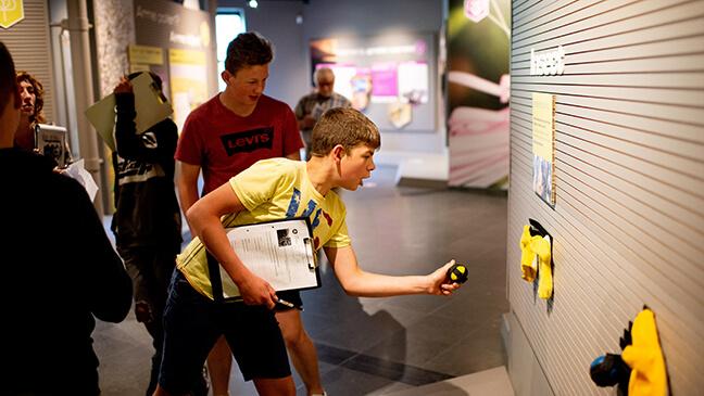 jongeren van het tweede jaar secundair in het bijenteeltmuseum