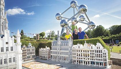 Oude markt van Brussel in Mini-Europe met gezin en atomium op de achtergrond